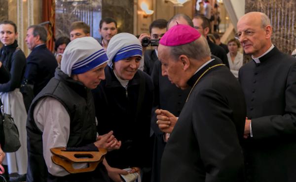 Deux missionnaires de la Charité parlent avec le Prélat de l'Opus Dei pendant son voyage pastoral en Russie, en 2014