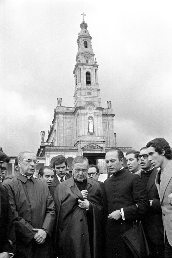 San Josemaría y el beato Álvaro rezan con algunos fieles del Opus Dei ante el Santuario de Fátima (2 noviembre 1972).