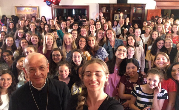Un selfie avec quelques jeunes qui participent aux moyens de formation