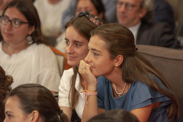 """""""No hospital ficaram impressionados: 30 espanholas, que supostamente não têm amigos aqui e de repente não param de receber visitas"""""""