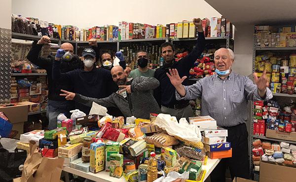 Alguns dels voluntaris en el magatzem d'Acció Social Montalegre on es guardaran els aliments degudament ordenats fins a ser repartits en lots a les famílies del barri