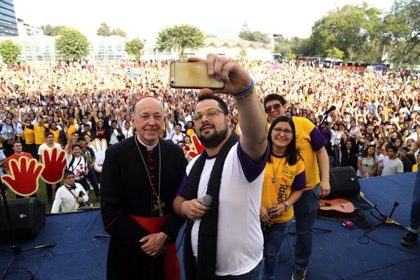 El cardenal Cipriani con los jóvenes de la Guardia del Papa.