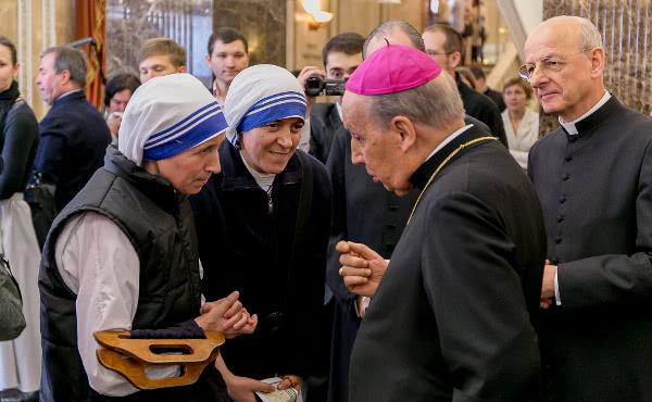 Mons. Javier Echevarría y Mons. Fernando Ocáriz conversan en Moscú con dos Misioneras de la Caridad.
