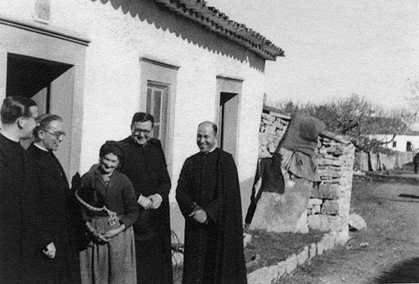 Em Fátima, 6/02/1945, com a mãe dos videntes Franciso e Jacinta Marto: Dom Álvaro del Portillo, padre Galamba, Josemaria Escrivá e Dom José López Ortiz