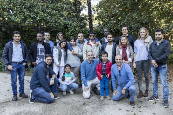 Rifugiati e volontari. In un parco di Pamplona. Foto: Jesús Caso / Diario de Navarra.