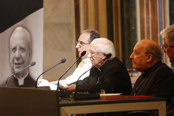 El cardenal Cañizares junto con monseñor Echevarría, a su izquierda, y el decano de la Facultad de Teología, Vicente Botella, a su derecha. Al fondo, una imagen del beato Álvaro del Portillo. Foto: AVAN
