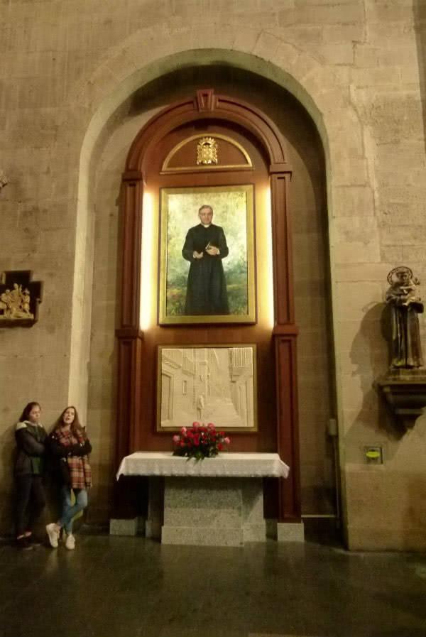 El obispo de la Diócesis de Calahorra y La Calzada-Logroño D. Carlos Escribano Subías bendijo el retablo dedicado a san Josemaría.