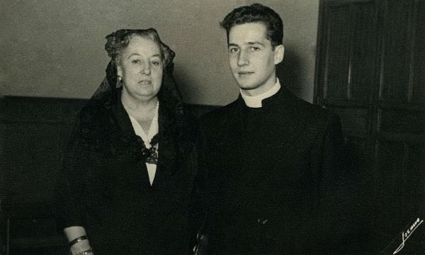 Don Javier insieme a sua madre (Pepita)  il giorno dell'ordinazione sacerdotale