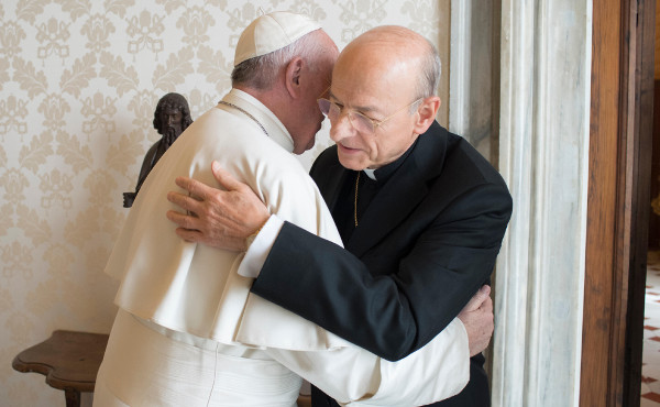 Mons. Fernando Ocáriz embraces Ppoe Francis during a recent audience.