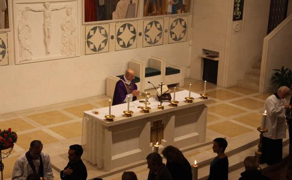 Mons. Fernando Ocáriz reza um responso pela alma do Prelado.