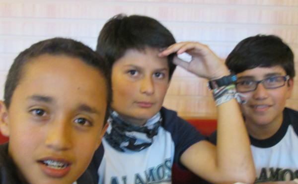 Esteban, Matías y Felipe preparando las actividades del día.