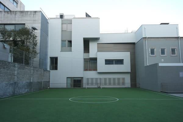 A residência dispõe de um mini-campo de futebol.
