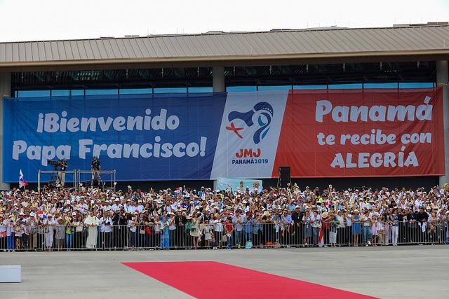 El público presente en el Aeropuerto Internacional de Tocumen cantó y saludó al Papa Francisco a su llegada a ciudad de Panamá. Foto: James Logan/Panamá2019