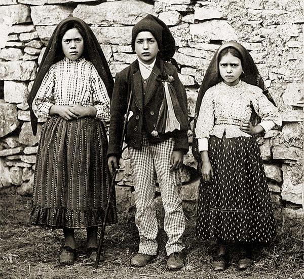 Os três videntes de Fátima: Lúcia, Francisco e Jacinta fotografados em 1917, ano das aparições de Nossa Senhora.