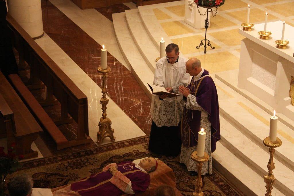 Mons. Fernando Ocáriz recita un responsorio per l'anima del prelato