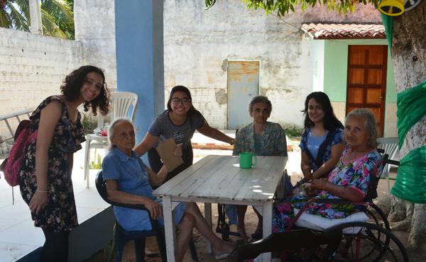 Estudantes de Fortaleza durante uma visita em uma casa de repouso.