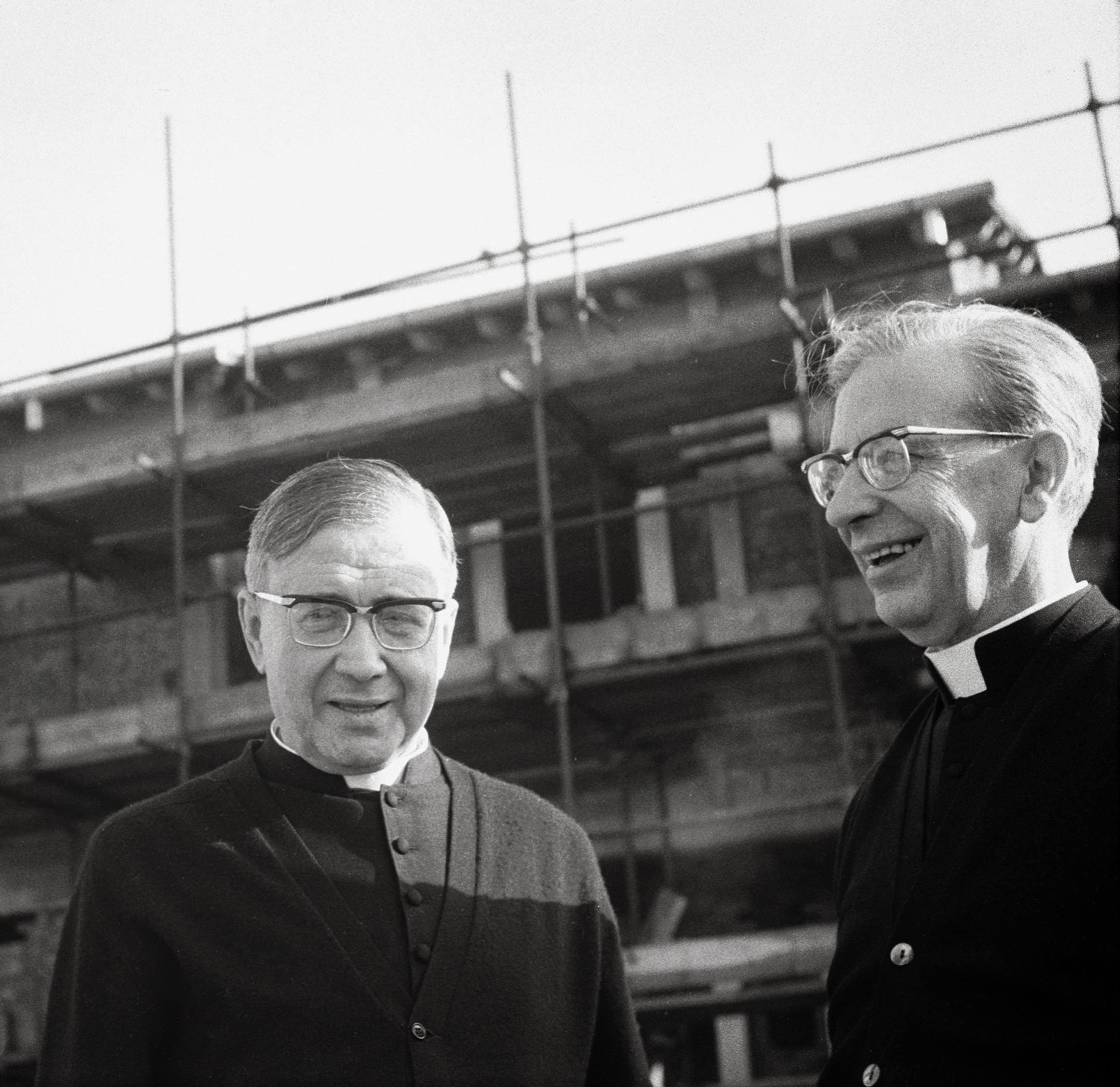 Con san Josemaría  davanti al Centro internazionale di formazione – in costruzione – dell'Opus Dei a Roma.