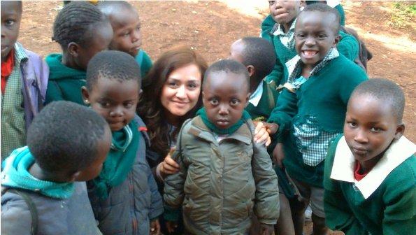 Liliana con niños de la zona de Limuru en una de sus visitas con el CHEP