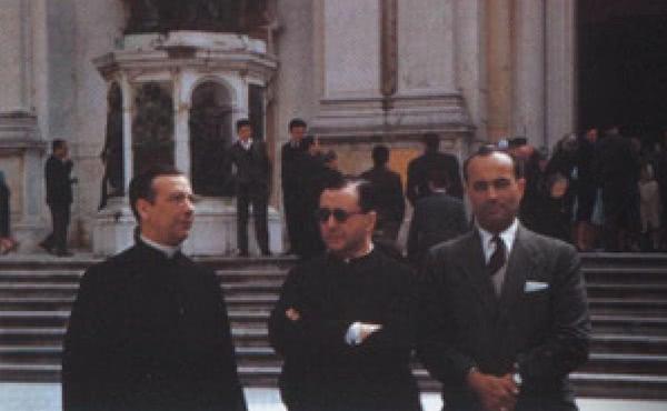 São Josemaria e Dom Álvaro em frente à Basílica de Loreto