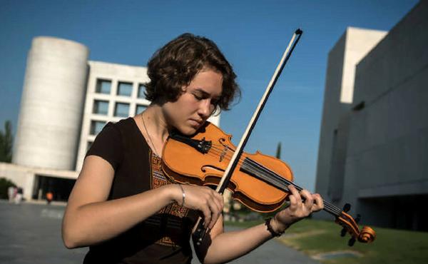 La violinista que escribe poesía