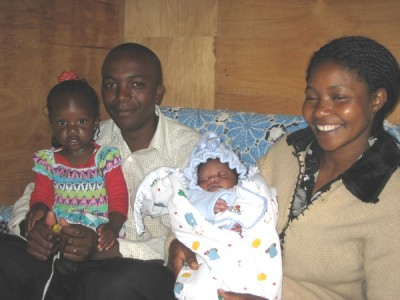 Samuel Gichuki Mbugua y su esposa Peris Wanjiku Kamau con sus hijos Imma y Francis