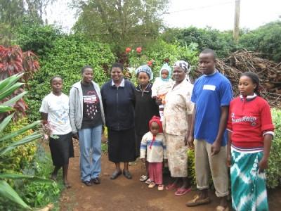En Banana Hill, a 6 kms. de Kimlea, en la casa de Margaret (3ª por la derecha), Cooperadora del Opus Dei, con algunos de sus hijos y nietos