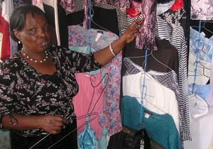 Priscilla atidarė moteriškų drabužių parduotuvę savo kaimelyje, Kamirithu.