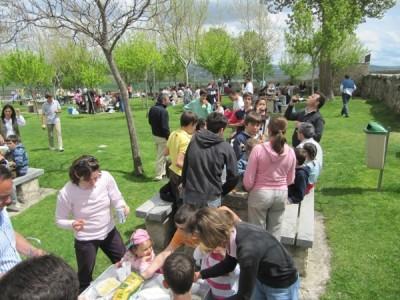 Tras la Misa, las familias se organizaron en pequeños grupos para comer en las mesas de piedra y el césped que rodean la ermita