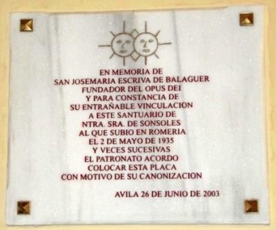 Una placa colocada en la pared con motivo de la canonización de San Josemaría recuerda su particular vinculación con este santuario
