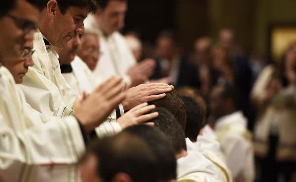 Kardinal Sarah weiht 31 Diakone des Opus Dei zu Priestern