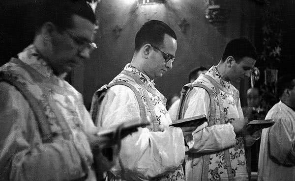 Opus Dei - 6. Prvi duhovniki