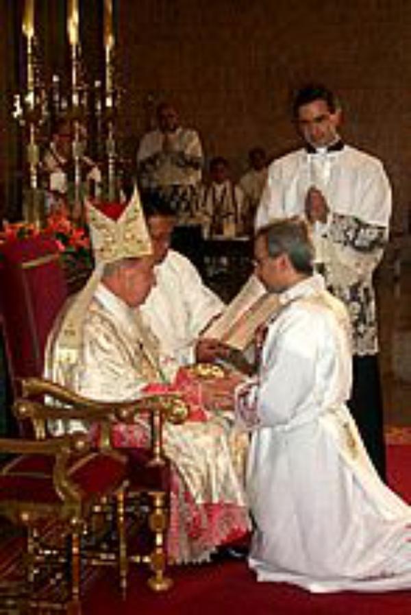 Un empleado de banca, un abogado y un ingeniero se ordenan sacerdotes