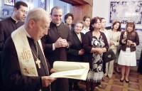 D. Javier abençoa uma imagem de São Josemaria