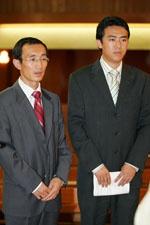 El catecúmeno acompañado por su padrino.