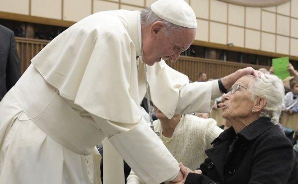10 frasi di papa Francesco su anziani e nonni