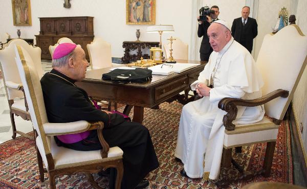 Paus Franciscus ontvangt prelaat in audiëntie