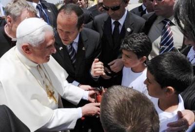 El Papa saluda a Jiries.