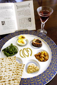 Ejemplo de preparación actual del Séder (o cena pascual) hebrea. Desde la destrucción del Templo, no se repite el sacrificio de los corderos.