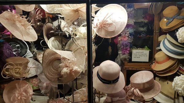 Svētdarot ikdienas darbu: cepuru dizainere