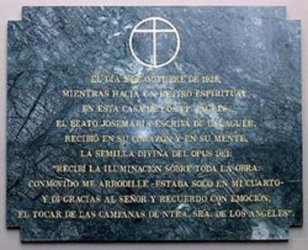 Una placa recuerda el lugar de la fundación del Opus Dei