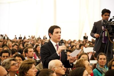 Nicolás Figari planteó una pregunta al Prelado del Opus Dei. Foto: Cristián Aninat Gálmez.