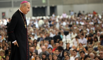 Mons. Javier Echevarría en una tertulia con fieles de la Prelatura y cooperadores.