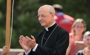 El prelado del Opus Dei a las familias: «Procurad rezar más por el Papa»