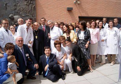Al finalizar la visita, los profesionales de Laguna se hicieron una foto de familia con el Prelado del Opus Dei