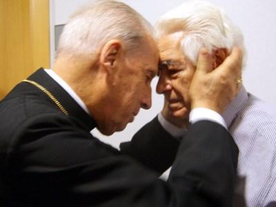 Mons. Javier Echevarría con un paciente de Laguna