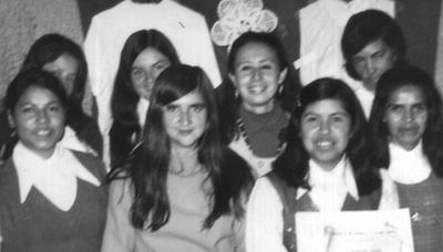 Primera promoción de la Escuela Hogar Norte 1974. Delante a la izquierda, Maruja Barreto, Numeraria Auxiliar. Con el diploma: Claudia Rincón, Numeraria Auxiliar. Detras al lado derecho: Virginia Fonseca, Supernumeraria.