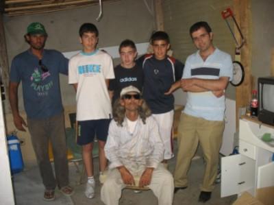 Con Raimundo y José María, después de la rehabilitación de la chabola
