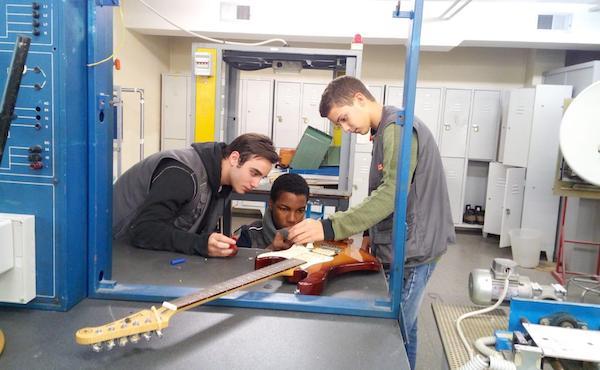 Opus Dei - Arreglar una guitarra, arreglarse las heridas del alma