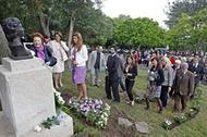 Rosas brancas en recordo de Rita Regojo