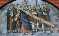 Jezus draagt zijn kruis naar de berg van Calvarië